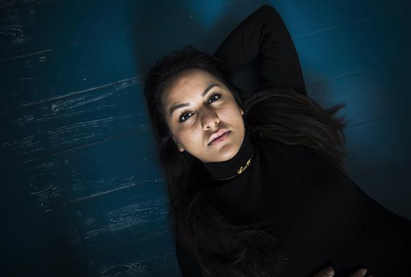 """Geeti Amiri har udgivet bogen """"Glansbilleder"""", der er personlige beretninger om en opvækst som flygtning i Danmark."""