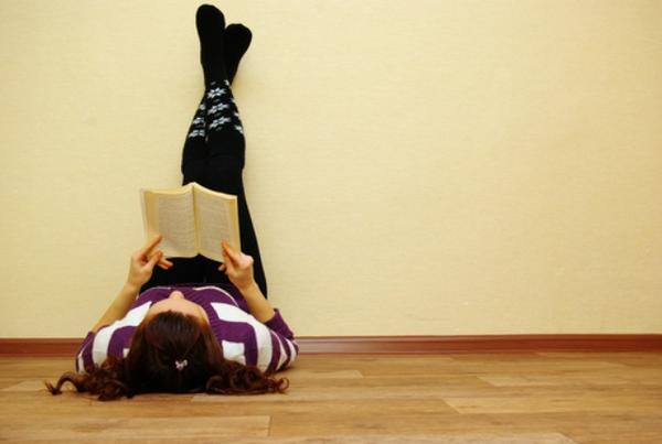 Kan du bedst lide at læse liggende med benene oppe?